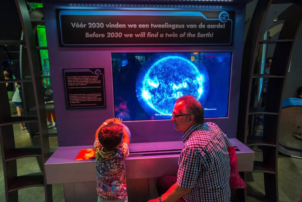 opa en kleinzoon bij NEMO Science Museum Amsterdam